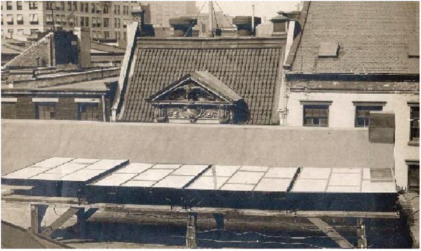 De historie van zonnepanelen p het dak gaat terug naar 1884